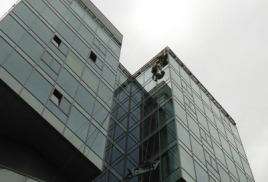 Замена и ремонт промышленными альпинистами Москвы стеклопакетов на высоте