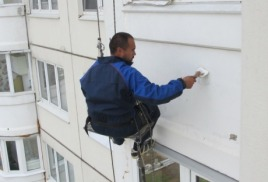 Герметизация балкона промышленным альпинистом